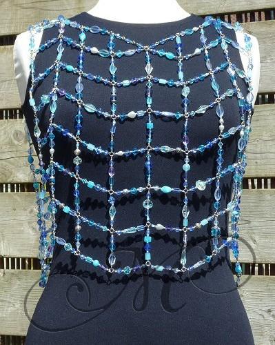 Kralentopje van blauwe facet glaskralen in diverse vormen aan zilverkleurig metaaldraad